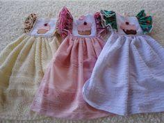 Em tecido de algodão, com babado e bordado do tema cup cake. Disponível em 2 cores: rosa, verde