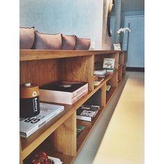 Para dar acabamento e apoio atrás do sofá, projetamos esse longo aparador em madeira freijó com nichos para guardar objetos e recordações de viagens. Além disso, demarca a circulação de quem entra no apartamento até a sala principal, dando sensação de alongamento ao espaço. #luisagrilloarquitetura