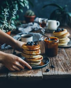 Pancakes with Dulce de Leche Super Dieta, Dietas Detox, Dark Food Photography, Brunch, Dessert, Crepes, I Love Food, Food Styling, Food Inspiration