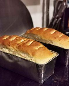 En helt fantastisk lækker opskrift, som giver bløde, luftige og nemme franskbrød. Faktisk er de lavet ud fra min bolleopskrift, men det er bare så meget nemmere med franskbrød! Især til fødselsdage - de smager jo ens, men kræver bare ikke så meget som bollerne. Af min opskrift får man 3 store franskbrød af kun 1 pakke gær. Hvis man vil lave dem ekstra store kan man lave 2 ud af dejen, og så er de også kæmpe. De er uden æg og mælk, så også vegansk/vegetarisk-venlige. Disse franskbrød er også… Hot Dog Buns, Recipies, Vegan Recipes, Brunch, Food And Drink, Sweets, Bread, Snacks, Baking