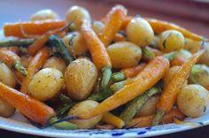 Honningbagte nye gulerødder, kartofler og asparges
