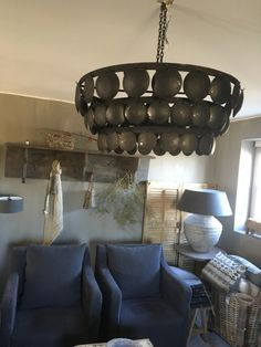 Metalen schijfjes hanglamp | Nieuw binnen | De Knotwilg Landelijk Wonen Sombre, Parents, New Homes, Chandelier, Ceiling Lights, Living Room, Interior, House, Inspiration