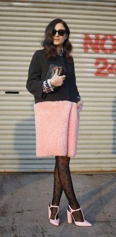 Meia calça de bolinhas como a mais nova tendência no street style. Pode ser em looks chiques e elegantes, como em looks mocinha