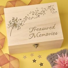 Our Beautiful and elegant personalised wooden keepsake boxes, memory box and trinket boxes are available for purchase in large, medium and small sizes with several engraving opt. Wooden Memory Box, Wooden Keepsake Box, Keepsake Boxes, Wood Burning Crafts, Wood Burning Patterns, Wood Burning Art, Wooden Box Crafts, Wooden Gift Boxes, Boxed Christmas Cards