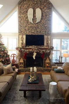 Turn your fireplace into a fireplace Christmas decorations. Check these awesome ideas and choose the best decoration for this Christmas. Christmas Fireplace, Christmas Mantels, Rustic Christmas, Christmas Home, Seasonal Decor, Holiday Decor, Christmas Decorations For The Home Living Rooms, Holiday Ideas, Living Room Decor Cozy