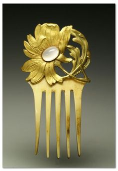 Art Nouveau ivory comb - Gilt bronze floral motif, Art Nouveau style, ornated with an opal gemstone and mounted on an ivory comb. | © Creative Museum