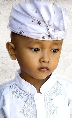 Balinese boy,the elegance of traditional costumes. Precious Children, Beautiful Children, Beautiful Boys, Beautiful People, Kids Around The World, We Are The World, People Around The World, Little People, Little Boys