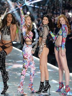 Fashion show victoria secret kendall jenner Ideas Catwalk Models, Vs Models, Victorias Secret Models, Victoria Secret Fashion Show, Gigi Hadid Victoria Secret, Vs Fashion Shows, Fashion Models, New Fashion, Trendy Fashion
