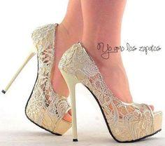 Com esse par de sapatos, toda a atenção do vestido será desviada para os pés.