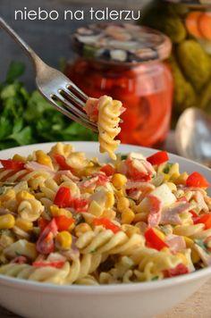 Sałatka z makaronem, łatwa i smaczna opcja na karnawałowe i niekarnawałowe spotkania. Przez dodatek makaronu sałatka może być samodzielnym daniem obiadowym