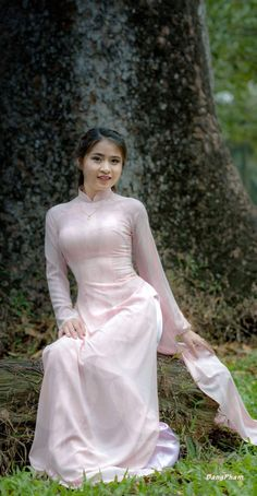 Vietnamese Clothing, Vietnamese Dress, Ao Dai, Vietnam Costume, Satin Saree, Vietnam Girl, Beautiful Asian Girls, Traditional Dresses, Asian Fashion