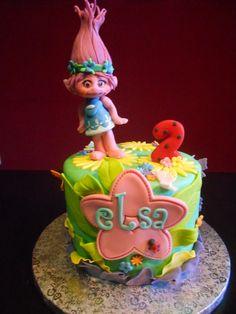 Tarta Princesa Poppy de Troll. Fondant. Más fotos en el link.