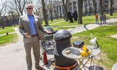 Estudantes de design da faculdade de Engenharia da Universidade de Harvard desenvolveram um protótipo de churrasqueira que promete distribuir uniformemente o calor enquanto assa o churrasco.