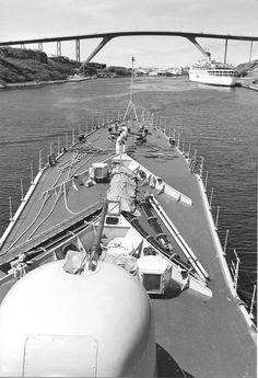 Hr Ms van Nes vaart de Annabaai in Curacao in om aan haar laatste west term te beginnen (1986)