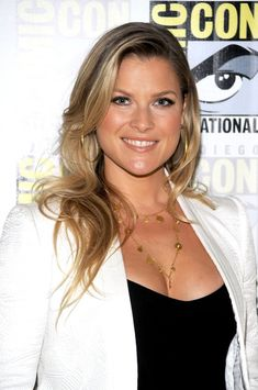 Ali Larter Long Curls - Ali Larter showed off her long blonde curls while hitting Comic-Con in San Diego. Long Blonde Curls, Long Curls, Beautiful Celebrities, Beautiful Actresses, Ali Larter, Actrices Hollywood, Glamour, Gal Gadot, Female Images