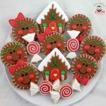 Here are the best Christmas Cookies decorations ideas for your inspiration. These Christmas Sugar Cookies decorated with royal icing are cutest desserts. Christmas Sugar Cookies, Christmas Sweets, Christmas Gingerbread, Christmas Cooking, Noel Christmas, Christmas Goodies, Holiday Cookies, Gingerbread Houses, Christmas Cakes