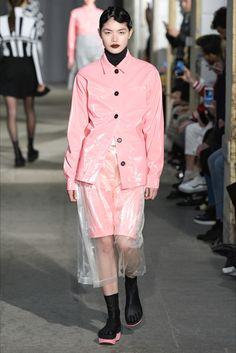 Guarda la sfilata di moda Arthur Arbesser a Milano e scopri la collezione di abiti e accessori per la stagione Collezioni Autunno Inverno 2017-18.