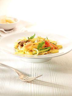 Bereiden: Borstel de champignons schoon en snijd ze in grote stukken. Doe ze in een kom en overgiet ze met olijfolie en rodewijnazijn tot ze onder staan. Kruid met zout en peper en meng. Snijd de gerookte zalm in reepjes. Snijd het onderste topje van de asperges en snijd de asperges in de helft. Je hoeft ze niet te schillen. Kook de linguine al dente in gezouten water met een scheutje olijfolie.