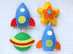 rockets stars and planets felt mobile ? Baby Sewing Projects, Craft Projects, Felt Ornaments, Christmas Ornaments, Crafts For Kids, Arts And Crafts, Felt Banner, Felt Baby, Felt Applique