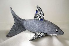 Friendly Shark Softie Free Pattern + Tutorial Sew Mama Sew Outstanding sewing, quilting, and needlework tutorials since Sew Mama Sew, Sewing Patterns Free, Sewing Tutorials, Free Pattern, Free Sewing, Bag Tutorials, Purse Patterns, Doll Patterns, Plushie Patterns