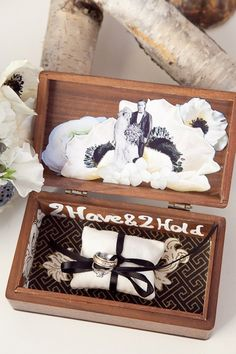 Cincin pernikahan dalam box