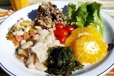 Feijoada Vegetariana da chef Kitty Assis - http://superchefs.com.br/receitas/vegetarianas/feijoada-vegetariana-da-chef-kitty-assis/ - #Feijoada, #Florianopolis, #KittyAssis, #MariaDoMar, #Receita, #Vegetariana Na feijoada vegetariana, é possível trocar o feijão por outros grãos como: fava, grão de bico e lentilha   Feijoada Vegetariana Receita da chef Kitty Assis do Hotel Maria do Mar em Florianópolis   Ingredientes 500g de feijão branco ou mulatinho 4 tal