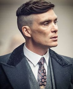 Wanna know how to get a haircut like tommy or arthur? ill show you how to cut and style your hair to get the perfect Peaky Blinders haircut Peaky Blinders Series, Peaky Blinders Thomas, Cillian Murphy Peaky Blinders, Comb Over Haircut, Fade Haircut, Haircut Style, Cool Haircuts, Haircuts For Men, Funky Hairstyles