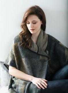 Veste Imperio, Veste ample sans manche dotée de deux poches creuses appliqués. Fait en tricot épais. Entièrement terminée de biais. Longueur: 34'', 87.5 cm (M/L) un design de Kollontai.