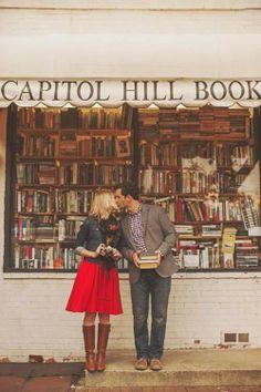 Pareja besándose frente a una librería