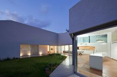 + Arquitetura :     Com um aspecto contemporâneo, utilizando as formas geométricas, a Paritzki & Liani Architects fez essa casa, que esta localizada em Hofit (Israel).