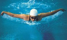 A 135-pound person burns 472 calories in an hour of aqua jogging...  Read more: http://www.livestrong.com/article/522537-calories-burned-in-swimming-vs-aqua-jogging/#ixzz2cfIVVp7Z
