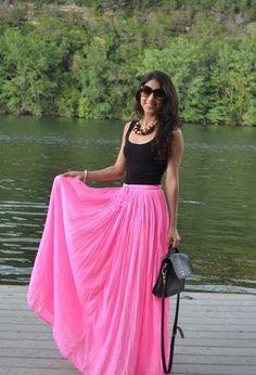 Look con gafas de American Eagle y faldas rosas de la marca Asos