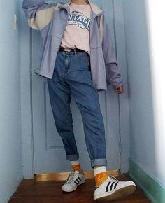 rosa t shirt blaue windjacke mama jeans orange socken weiße turnschuhe Vintage Outfits, Retro Outfits, Casual Outfits, Summer Outfits, Fashion Vintage, Summer Clothes, 80s Inspired Outfits, Vintage Style, 80s Style Outfits