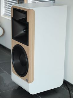 Active linear speaker, Hypex powered, ultra low H2, H3 distortion.