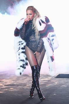 Beyoncé performing at the MTV Video Music Awards at Madison Square Garden 28th…