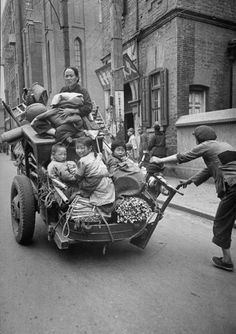 A family fleeing Shanghai during the Chinese Civil War. Photograph by Jack Birns. Shanghai, China, April 1949. 一个家庭在中国内战期间逃离上海。摄影:杰克·伯恩斯。中国上海,1949年4月。