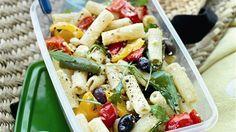 <p>Koka pastan. Dela paprikorna och ta ur kärnhuset. Skär i grova bitar och lägg på plåt. Ringla över 1 msk olivolja och blanda. Rosta i ugn på 250 grader i ca 10 minuter. Ta ut och låt svalna. Blanda med nykokt pasta, fetaost, oliver, rucola och 3 msk olivolja. Smaka av med salt och svartpeppar.</p>