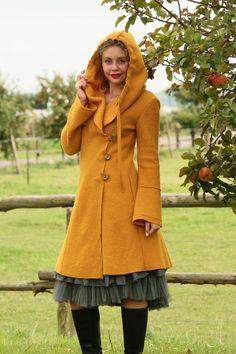 Lange Mäntel - Walkmantel Kapuze mais Gr. 36, 38, 40, 42 - ein Designerstück von basia-kollek bei DaWanda Winter Outfits Women, Warm Outfits, Trendy Outfits, Cute Outfits, Boho Fashion, Autumn Fashion, Vintage Fashion, Fashion Outfits, Fashion Design