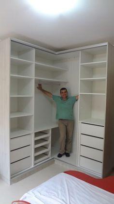 Um guarda roupa espaçoso