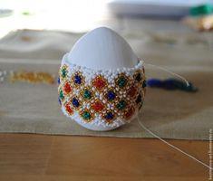 Скоро Пасха, и поэтому хочу поделиться с вами мастер-классом по оплетению пасхального яйца. Эту серию я назвала 'Городец'. Нам потребуется: Деревянная заготовка яйца высотой приблизительно 6-7,5 см и в диаметре 9-9,5 см. Акриловая краска. Чешский бисер №11 белого, золотого, красного, синего и зеленого цветов. Бисерная игла. Капроновая нить. Воск, чтобы провощить нитку (так она становиться прочнее и меньше путается). Итак, приступим.