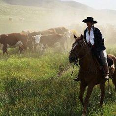 El ambiente- Ello montado en un caballo viene casa de la carcel. Ellos montado en un cabello buscando para ello esposa.
