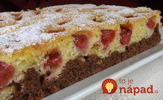 Výborné mäkučké cesto v dvoch príchutiach a šťavnaté ovocie. Tento koláčik vám zaručene spríjemní deň.