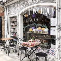 How cute is this Paris coffee shop. Decoration Shabby, Decoration Vitrine, Cafeteria Paris, Mein Café, French Cafe, French Bakery, French Bistro, Cafe Shop, Shop Fronts