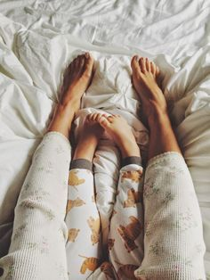 Take a pajama picture in your bed with your kids every 6 months: on their birthday and half birthday. Love this idea for capturing how your little ones grow up over time! Cute Kids, Cute Babies, Baby Kids, Pretty Kids, Baby Family, Family Love, Foto Baby, Family Goals, Baby Fever