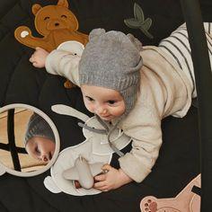 an der Wand....Wer ist das süßeste Baby im ganzen Land? Der Spiegel Heidi von Liewood bietet den Allerkleinsten die Möglichkeit sich selbst und auch die Umgebung auf neue Art zu erkunden. Einfach auf den Boden legen oder an eine Wand lehnen und Baby kann sich selbst mit dem süßen Gegenüber unterhalten. Für größere Kinder eignet sich der Spiegel auch ideal als Ergänzung im Kinderzimmer.  #kinderspiegel #kinderzimmerdeko #meinkleinesich