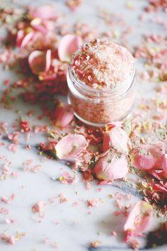 Pretty in Pink Rose and Himalayan Salt Soak. Feminine and pretty, this floral salt soak smells like roses and has a beautiful soft pink… Bath Tea, Milk Bath, Bio Make Up, Bath Recipes, Detox Recipes, Bath Detox, Detox Bath Recipe, Savon Soap, Peeling