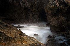 A água salgada que 'inunda' da praia vem através de túneis entre as rochas - Foto: Ricardo Samaniego