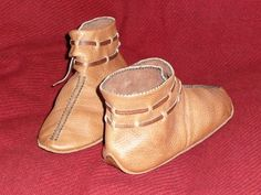 Decorated Anglo-Saxon/Viking turn shoes. The vamp area across the top of the foot has parallel lines of dark linen thread sewn into the leather. Not only does it make the foot look longer, but the stitching stiffens the leather at that point preserving the shape. Rather than anchors made with leather toggles, these have just twined thongs to close the shoe. Anglo Saxon Clothing, Norse Clothing, Medieval Clothing, Viking Shoes, Viking Garb, Viking Costume, Medieval Boots, Norse Vikings, Shoe Pattern