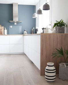 More of the kitchen. God søndag til alle! #boligpluss #interior123 #interior4all #bobedre #interiørmagasinet #room123 #roomforinspo #immyandindi #kitcheninspo #scandinaviankitchen #voxtorp #kähler #omaggio #muuto #grainlamp #stpaulsblue