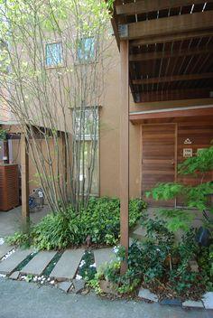 防火指定があっても延焼ライン外であれば製作木製玄関扉は可能です。隣地から離れることで、アプローチが豊かになり、出入り段差も解消されます。 専門家:新井敏洋が手掛けた、製作木製玄関扉としたい(小さな家)の詳細ページ。新築戸建、リフォーム、リノベーションの事例多数、SUVACO(スバコ)